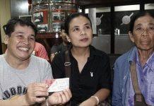 เสี่ยงเซียมซีได้โชค แม่ค้าข้าวราดแกงถูกรางวัลที่1 รับ18ล้าน